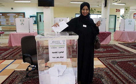 An Arabian woman takes part in municipal elections in Jeddah. (Getty)